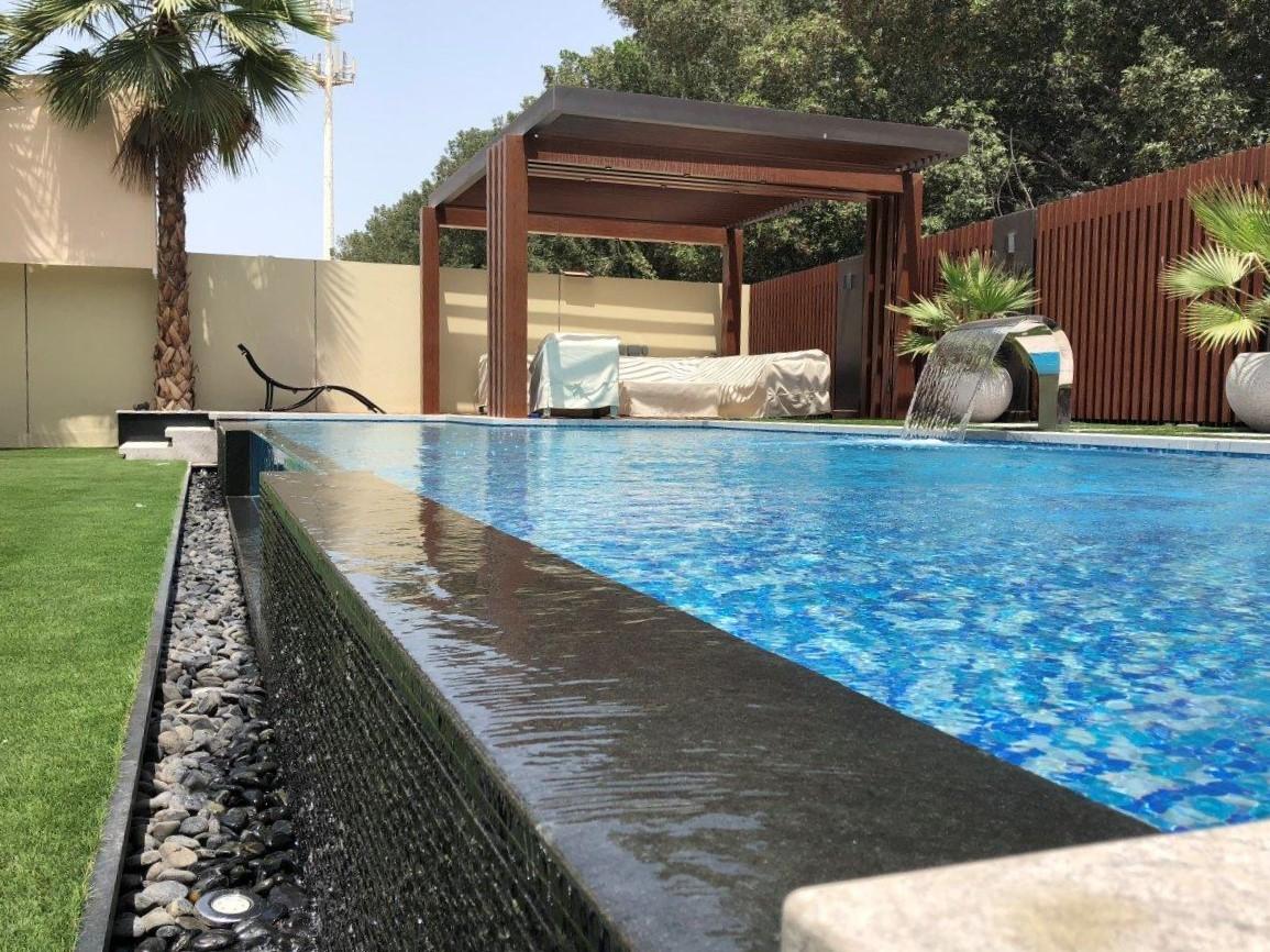 piscine-paroi-verre-beton-bordeaux